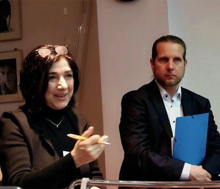 Fragestellerin aus dem Publikum, im Hintergrund André Hansccke (Agentur für Arbeit). Foto: Kerstin Dankwerth (FCZB)