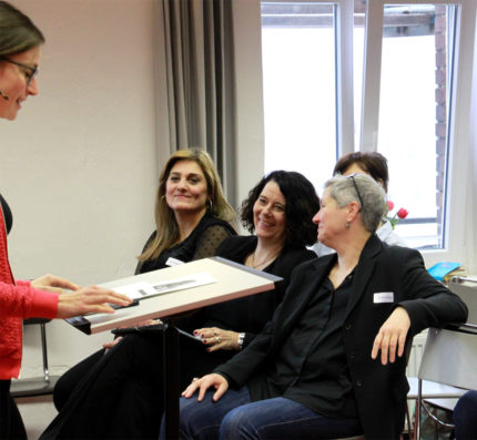 Sherin Cheikhmous (ehem. Teilnehmerin), M. Heger (Personalleiterin Gewobag) Karin Reichel (Geschäftsführerin FCZB)