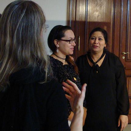 Teilnehmerinnen Berufliche Orientierung für Migrantinnen sprechen über die Ausstellung