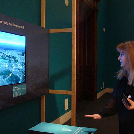 Teilnehmerin Berufliche Orientierung für Migrantinnen steuert gestisch ein virtuelles Flugzeug