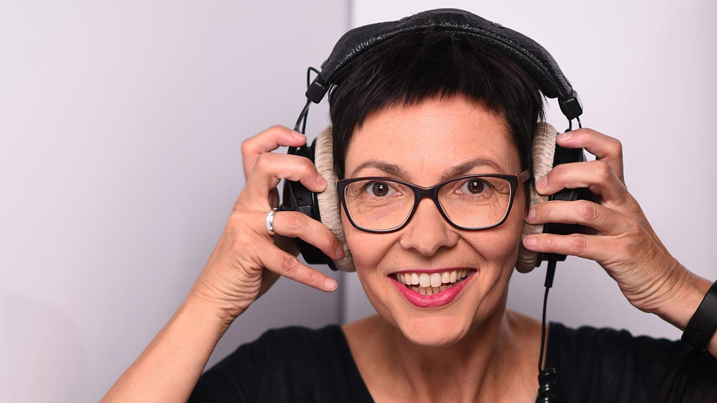 Podcast-Expertin Brigitte Hagedorn leitet die Podcast-Werkstatt in der Weiterbildung Porta Social Media und Online-Reputation.
