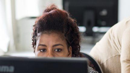 Blick einer Frau am PC-Monitor, Foto aus dem Kurs Digital EMpowerment, Foto: Steffi Rose