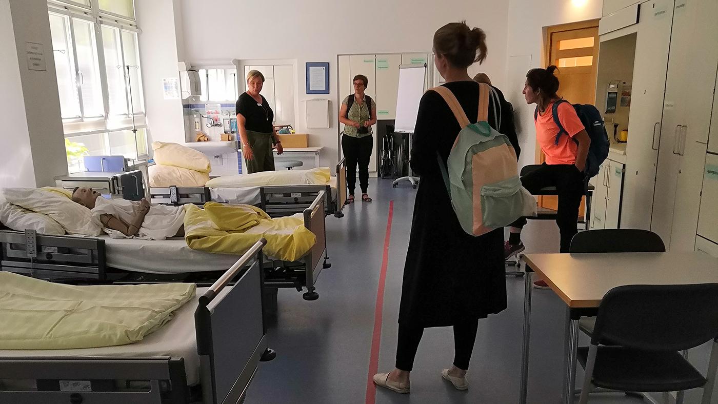 Coaching on the Job: Das DAPF-Team im Gespräch mit Lehrenden der Wannseeschule ©FCZB