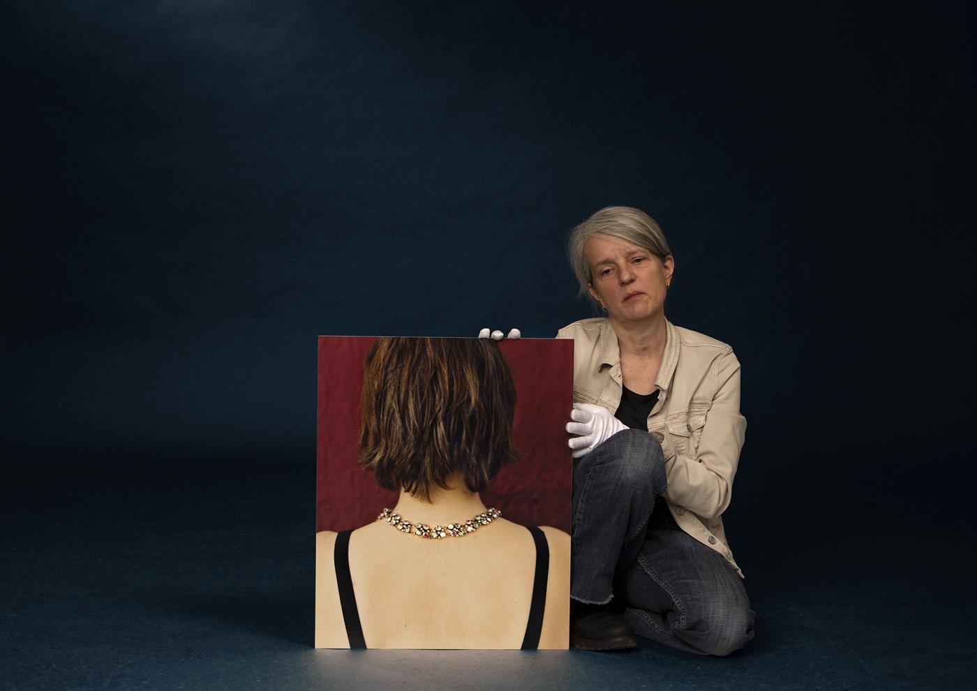 Porträt der Fotokünstlerin Andrea Brehme mit ihrem Werk Mitsouko. Foto © John Colton/BROWSE STUDIOS