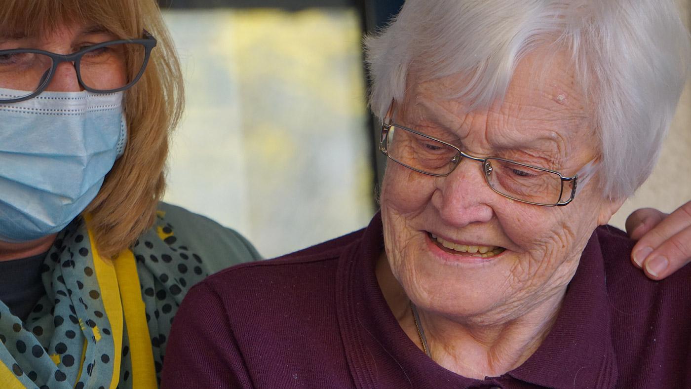 Symbolbild (Pflegekraft mit älterer Frau) ©Georg Arthur Pflueger/Unsplash