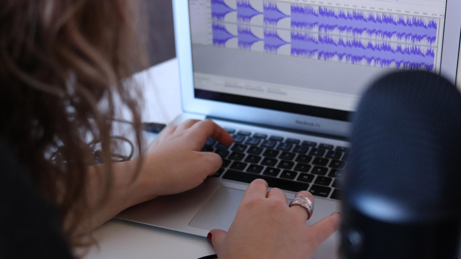 Geschichten zum Hören – Porta-Audiowerkstatt im FCZB ©CoWomen/Unsplash