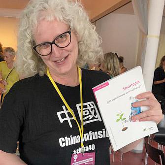 """Nicole Bauch gewinnt beim FCZB-Barcamp das Buch """" Smartopia. Geht Digitalisierung auch nachhaltig?"""" (c) FCZB 2019"""